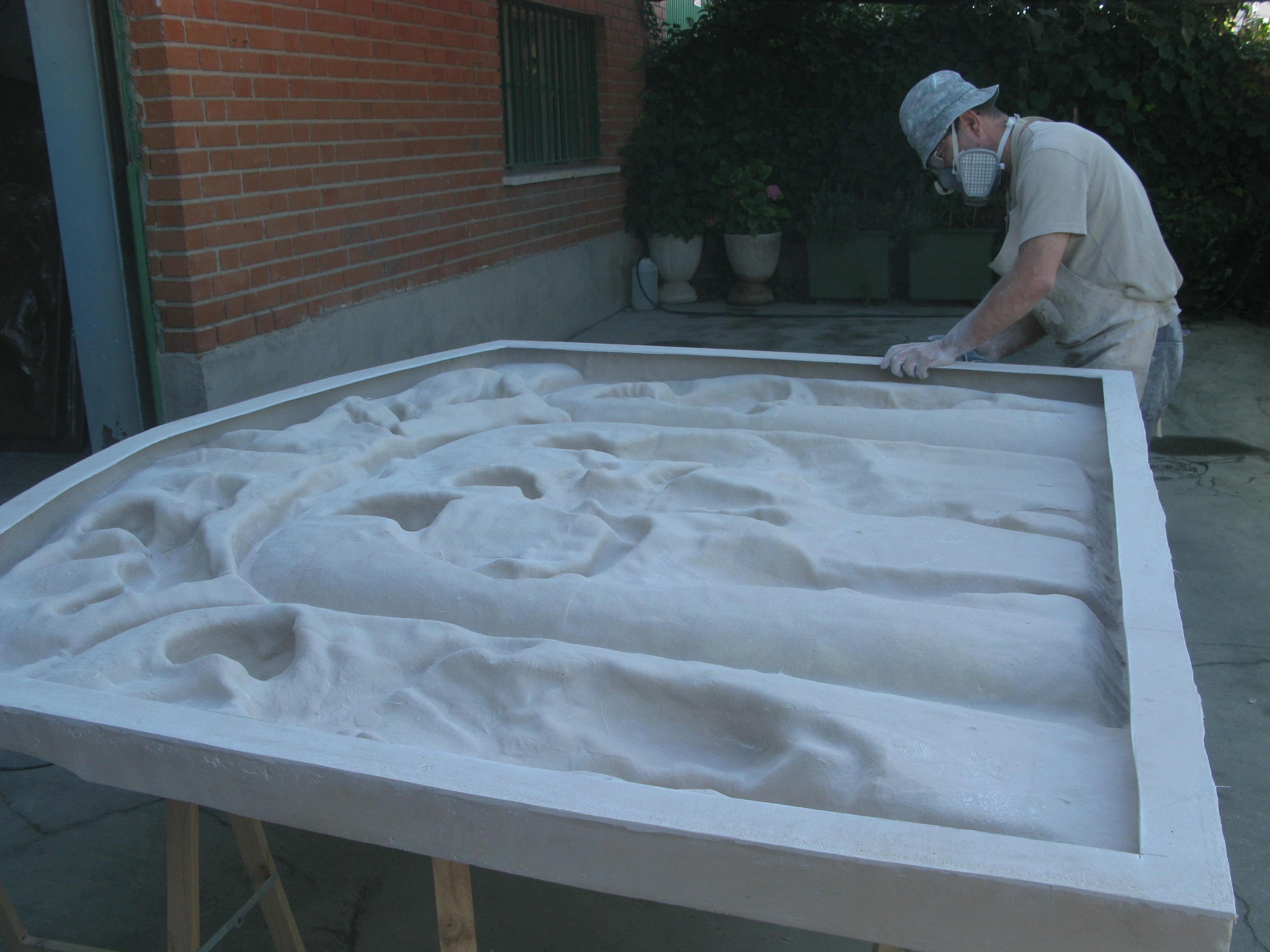 esculturas y moldes numa obra monumental